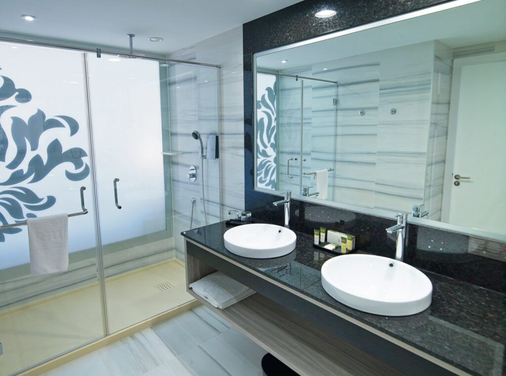 Double room partial sea view_bathroom